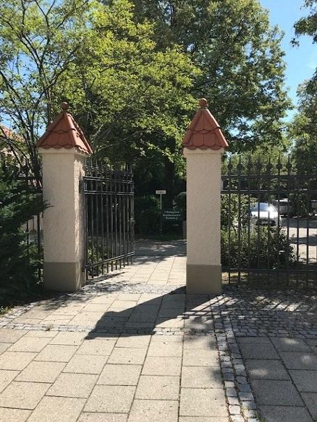 Neuanstrich der Türme der Gartenmauer am Amtsgericht in Ebersberg