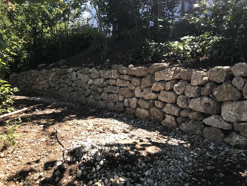 Trockenmauer aus Nagelfluh